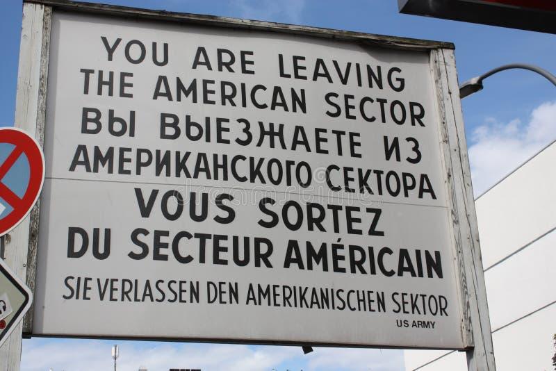 Tecken för USA-armé från den gamla inre-tysk gränsen i berlin royaltyfri bild