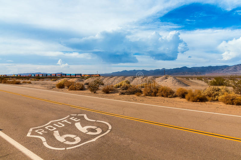 Tecken för USA Route 66 på huvudvägen fotografering för bildbyråer