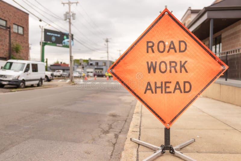 Tecken för vägarbete framåt på gatan arkivbilder