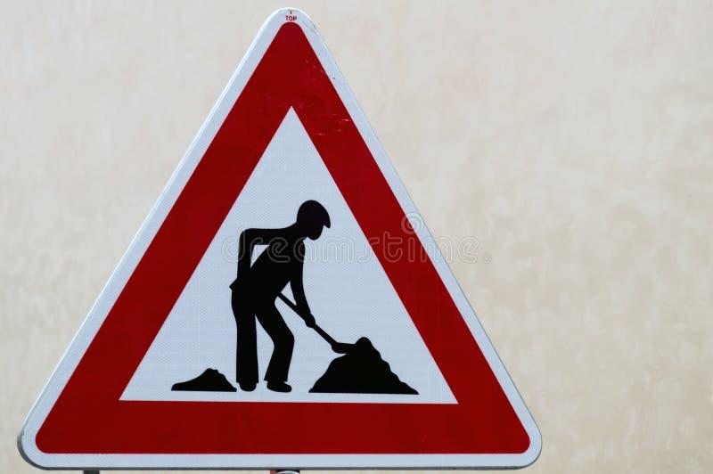 Tecken för vägarbeten för byggnationer i gata arkivfoto