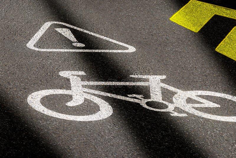 Tecken f?r cykelgr?nd p? Asphalt Road Begrepp av att cykla säkerhet och aktiv livsstil sikt för perspektiv 3D på nattetid med royaltyfria bilder