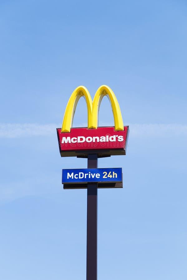 Tecken f?r McDonald ` s royaltyfri fotografi