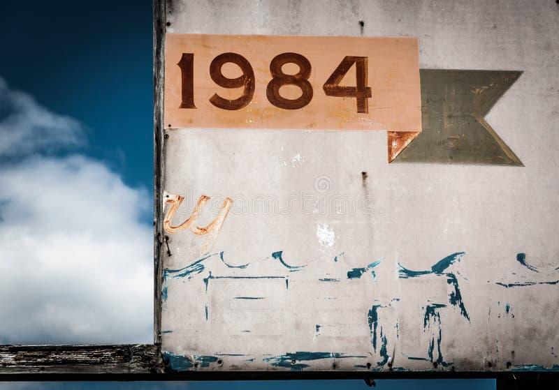 tecken 1984, i den angenäma stranden för punkt som är ny - ärmlös tröja royaltyfri fotografi