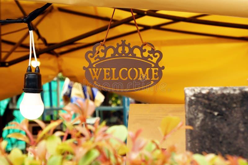 Tecken med inskriftvälkomnande i ett kafé royaltyfri foto