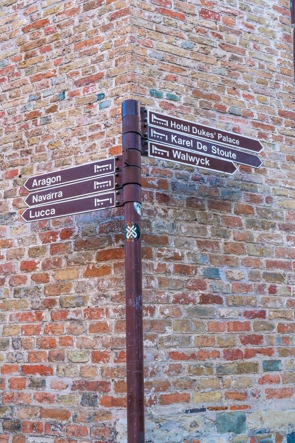 Tecken med riktningar i Bruges, Belgien arkivbild