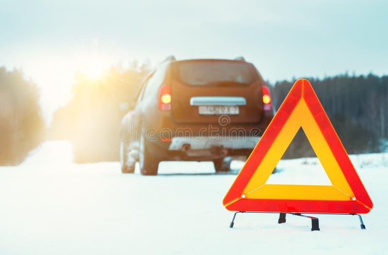 Tecken och bil för nöd- stopp på vintervägen arkivbilder