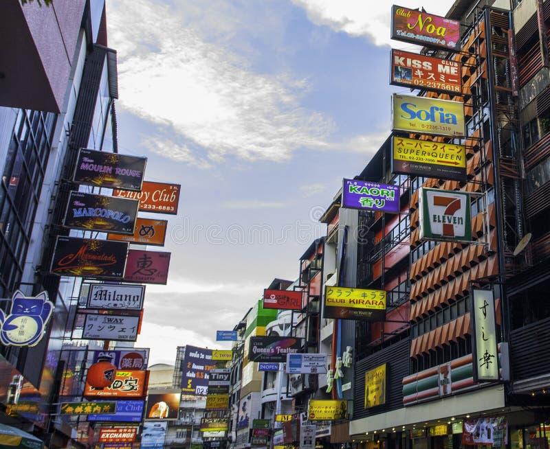 Tecken och massagemottagningsrumar Bangkok, Thailand royaltyfri bild
