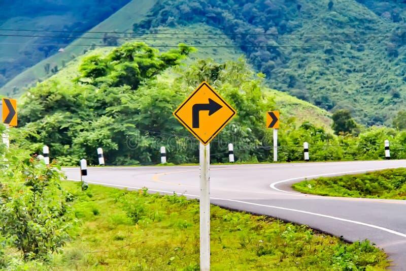 Tecken och symboler på berget och skogen, landsväg i nord av Thailand arkivfoto