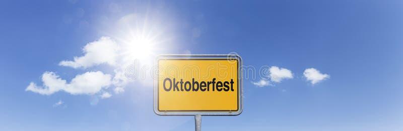Tecken Oktoberfest i blå himmel royaltyfri bild