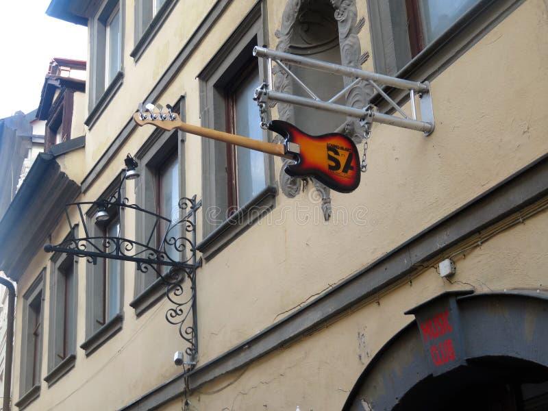 Tecken ovanför musikklubban arkivfoton