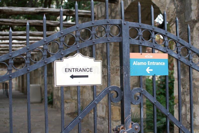 Tecken på Alamoen som pekar till ingången arkivbild