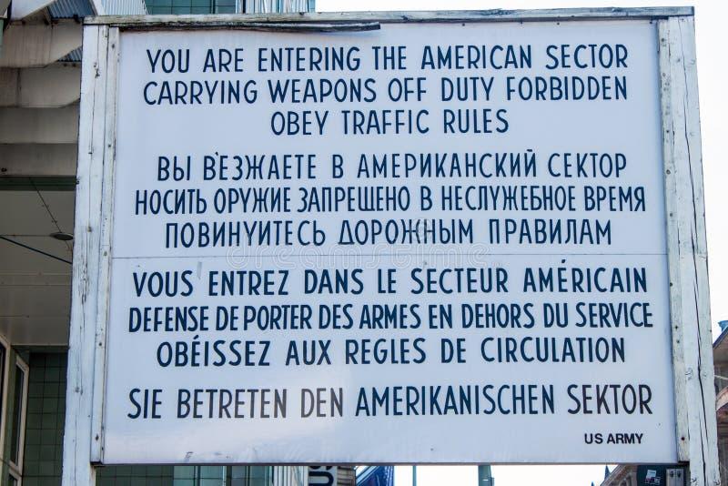 Tecken på Checkpoint Charlie arkivbilder