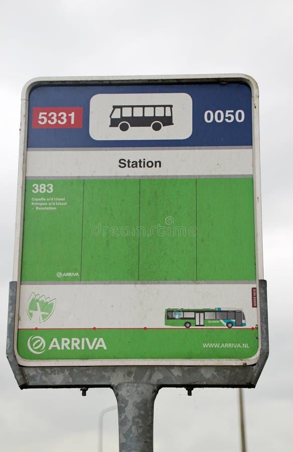 Tecken på en hållplats som namnges station i Nieuwerkerk den aan hålan IJssel för buss 383 arkivfoton