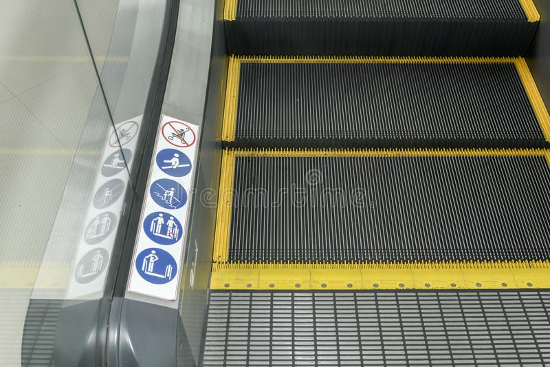 Tecken på en rulltrappa, varningstecken fotografering för bildbyråer
