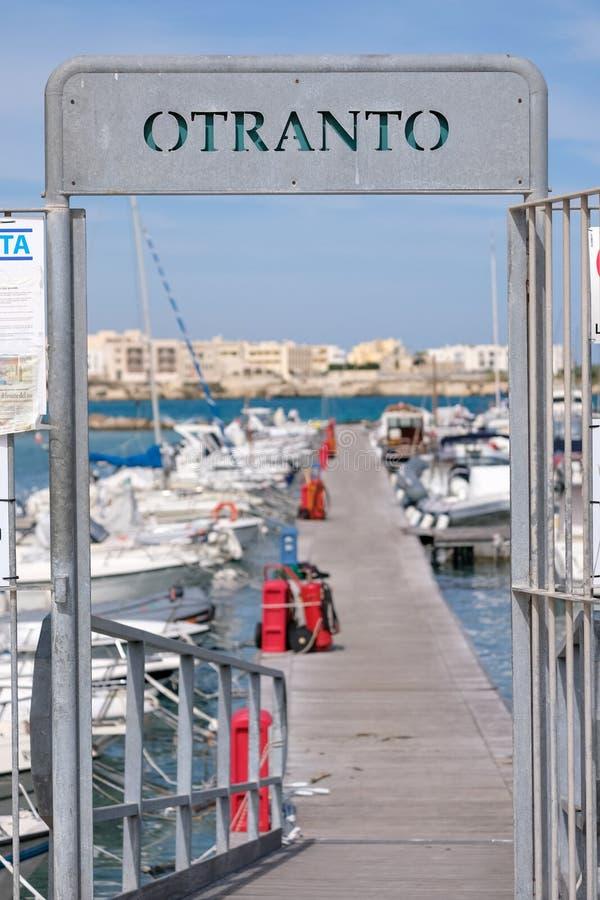 Tecken på ingången till porten av Otranto på den Salento halvön, Puglia, södra Italien royaltyfria bilder