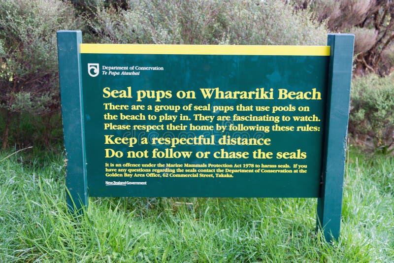 Tecken p? den Wharariki stranden som r?der om skyddsremsavalper i omr?det fotografering för bildbyråer