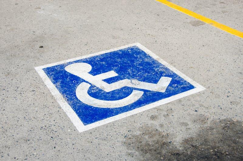 Tecken - parkeringsplats för rullstol royaltyfria bilder