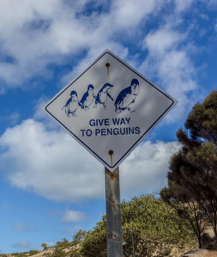 Tecken som indikerar för att ge vägen till pingvin royaltyfri fotografi