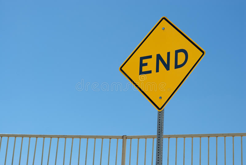 Tecken som markerar slutet av vägen royaltyfri foto