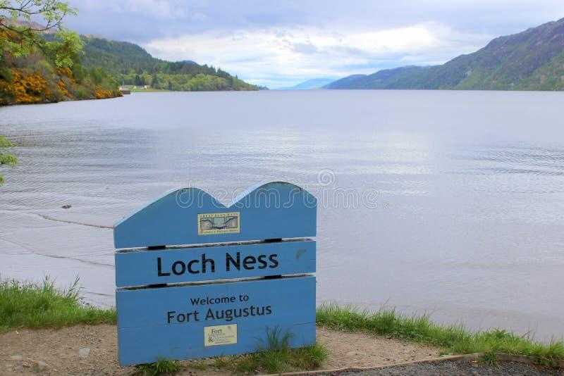 Teckenbräde för Loch Ness arkivfoto