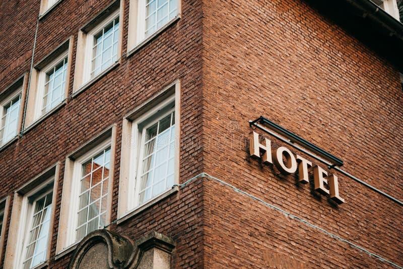 Teckenhotell på byggnaden royaltyfri foto