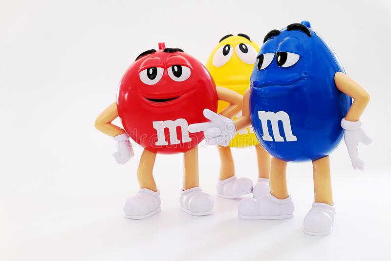 Teckenmaskot av chokladmärket m&ms arkivbild