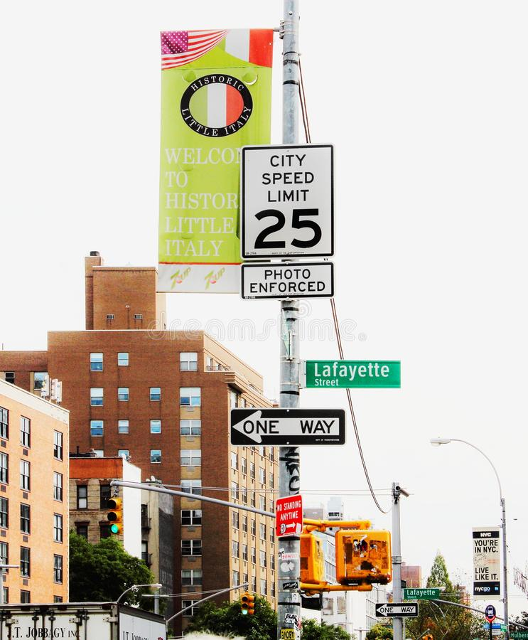 Teckenstolpe på genomskärningen av Houston och Lafayette gator, i stadens centrum Manhattan i New York City royaltyfri fotografi