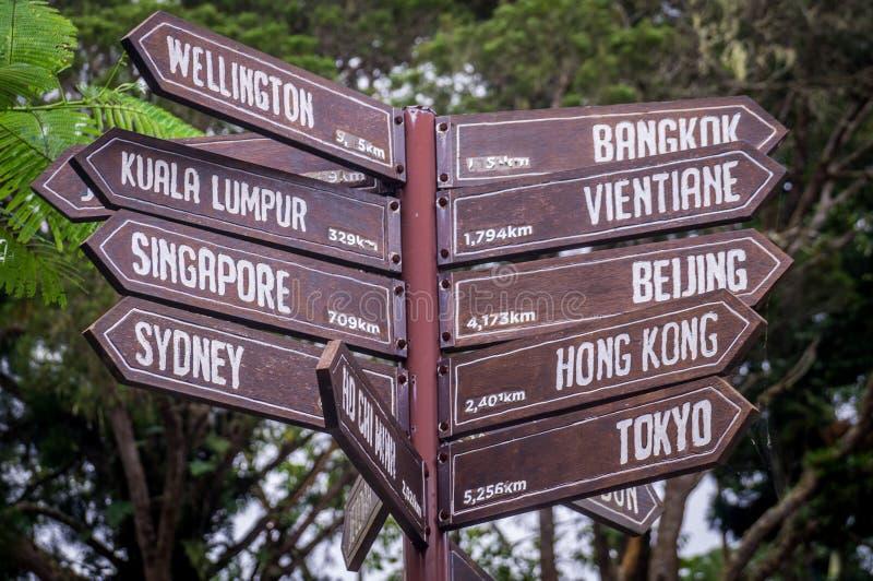 Teckenstolpe som pekar in mot destinationer i Asien och Australien royaltyfria foton