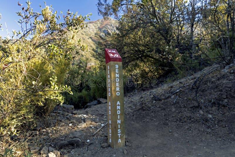 Teckenstolpen på treken av La Campana National parkerar i centrala Chile, Sydamerika royaltyfria bilder