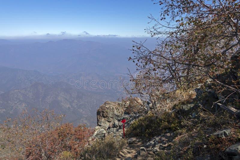 Teckenstolpen på treken av La Campana National parkerar i centrala Chile, Sydamerika royaltyfria foton
