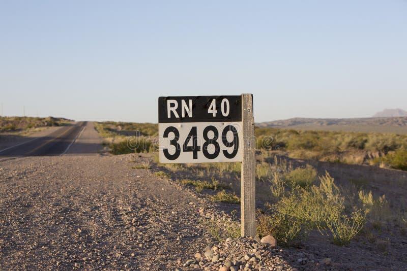 Teckenväg för rutt 40 i nord av Argentina fotografering för bildbyråer