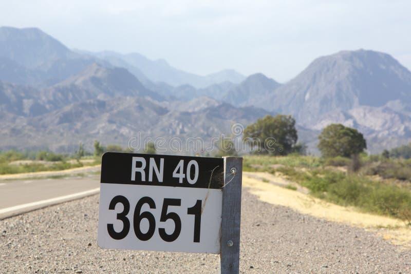Teckenväg för rutt 40 i nord av Argentina arkivbilder