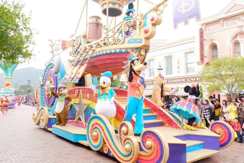 Tecknad filmherr Donald Duck och herr Fånigt i Hong Kong Disneyland ståtar royaltyfri foto