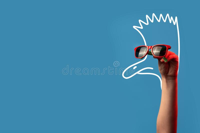 Tecknad filmstruts med en Mohawk i trendig solglasögon på blå bakgrund fotografering för bildbyråer