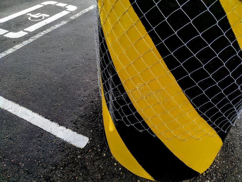 Tecknet är ett ställe för en rörelsehindrad och gul svart pelare arkivfoton