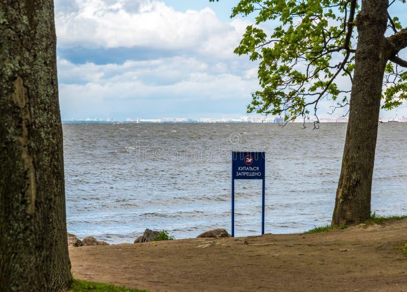 Tecknet av simning förbjudas på kust av golfen av Finland i St Petersburg, Ryssland royaltyfri foto