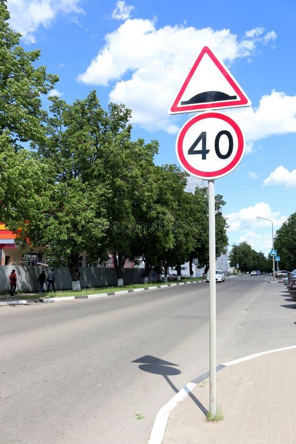 Tecknet för gränsteckenhastighetsbegränsning 40 av knölen royaltyfri fotografi