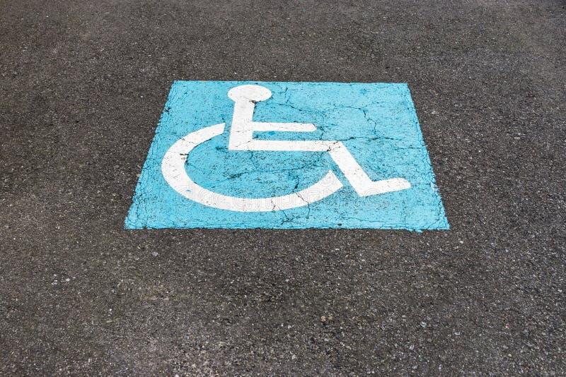 Tecknet på asfaltparkeringen för inaktiverade royaltyfri foto