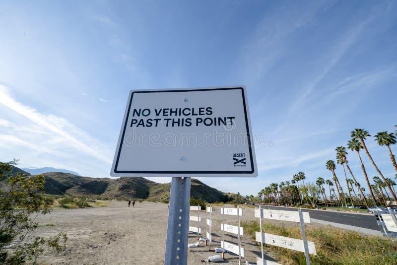 Tecknet påminner besökare för öken X av inga medel utöver denna punkt royaltyfri fotografi
