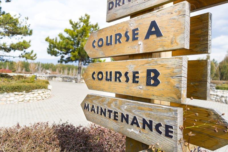 Tecknet postar på golfbanan royaltyfri fotografi