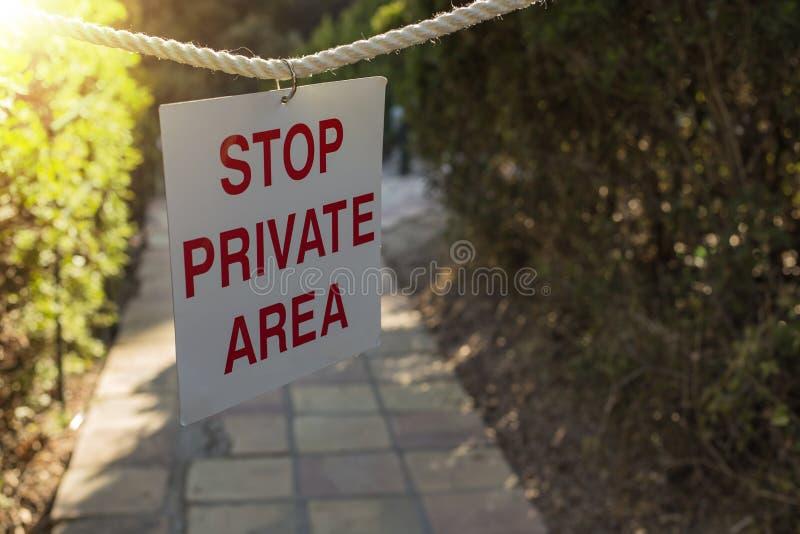 Tecknet säger privat OMRÅDE för STOPPET som hänger på rep royaltyfri fotografi