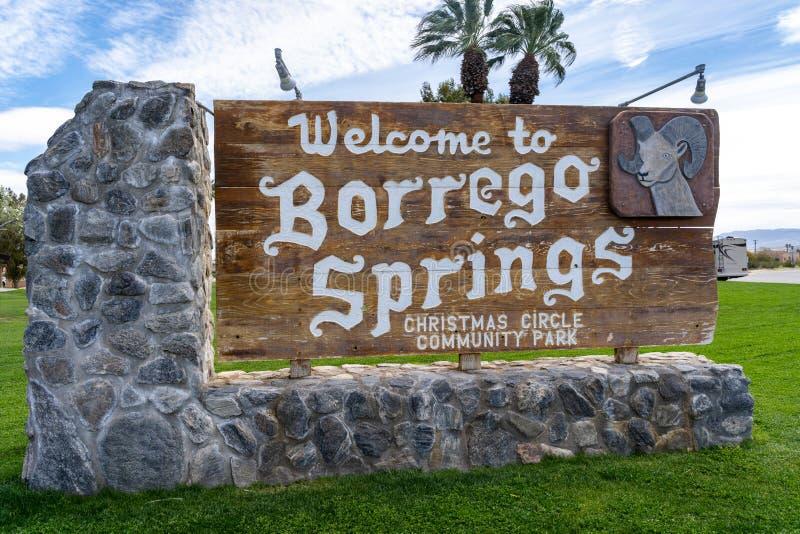 Tecknet välkomnar besökare till Borrego Springs Kalifornien, i den Anza Borrego delstatsparken Tecknet lokaliseras i jul royaltyfria foton