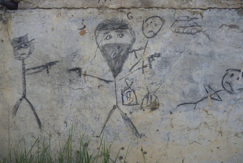 Teckning av gangster på en gammal betongvägg som dras av kol royaltyfri fotografi