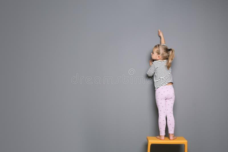 Teckning för litet barn med färgrik krita på grå bakgrund royaltyfri bild