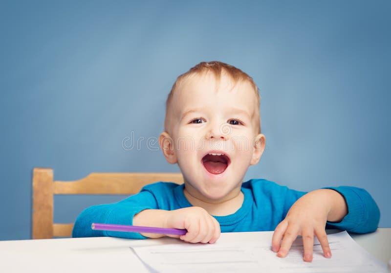 Teckning för litet barn på papperet fotografering för bildbyråer