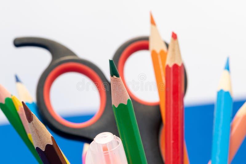 Teckningsmaterial liksom blyertspennor, vässare eller sax på skola fotografering för bildbyråer