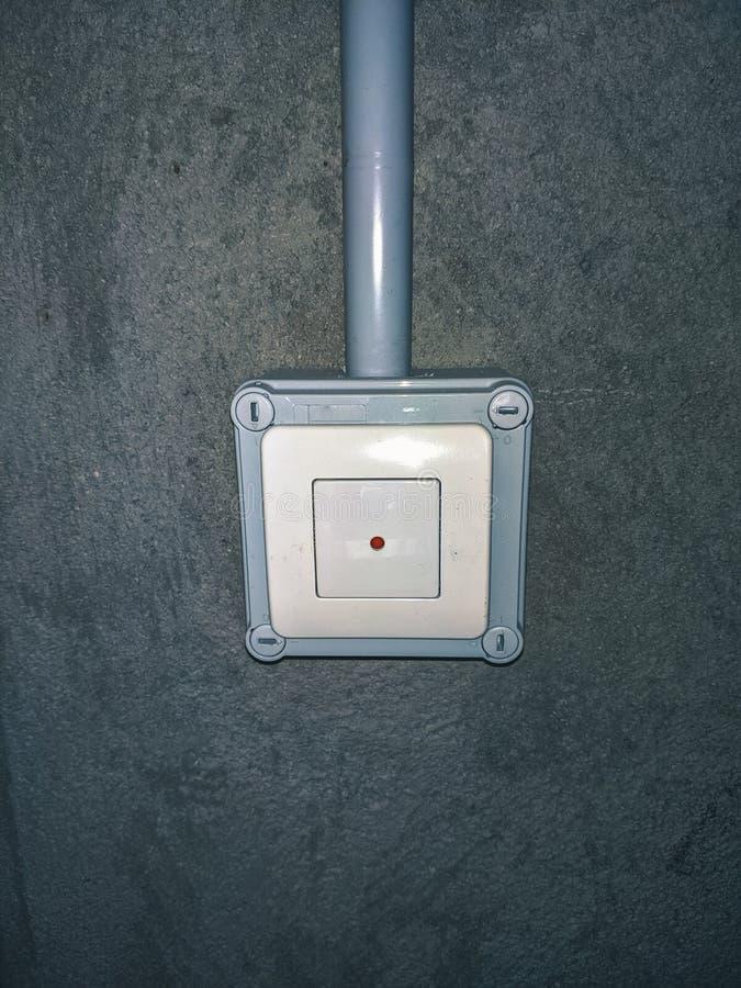 Tecla contra-roubo com claro - superfície cinzenta na parede do cimento dentro foto de stock royalty free