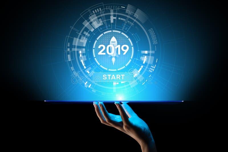 Tecla de partida 2019 del Año Nuevo en holograma de la pantalla virtual Crecimiento financiero y nueva perspectiva en negocio y v imágenes de archivo libres de regalías