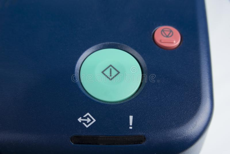 A tecla 'Iniciar Cópias' verde em um dispositivo do escritório fotos de stock