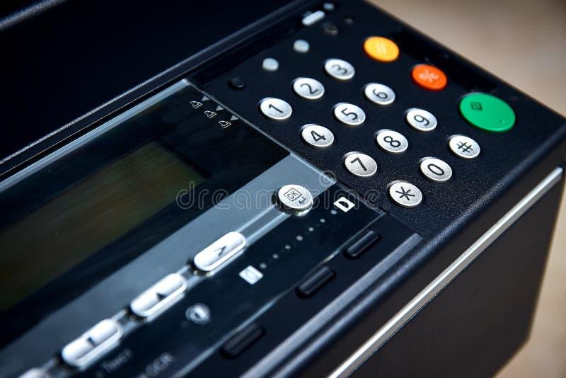 Tecla 'Iniciar Cópias' verde em uma copiadora da foto, fax, impressora Foco raso, no começo do trabalho fotos de stock royalty free